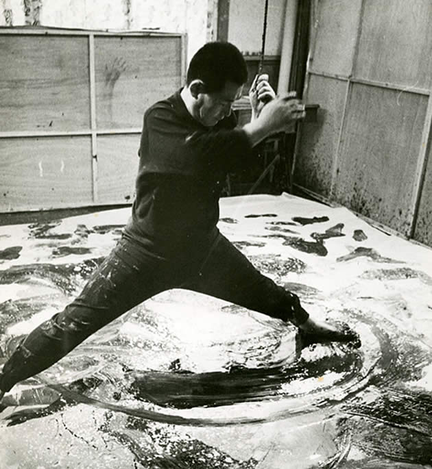 Kazuo Shiraga painting with his feet